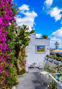 balkon met bloemen en schilderij