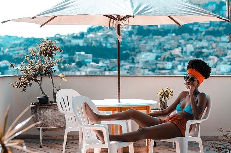 Balkon parasol met tafel