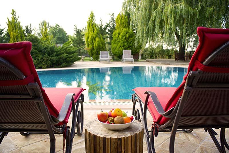 Verstelbare tuinstoelen bij zwembad