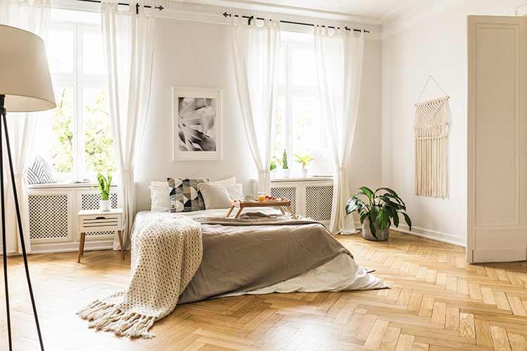 Visgraat vloer met bed