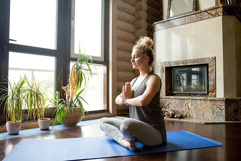 Meditatie in de woonkamer