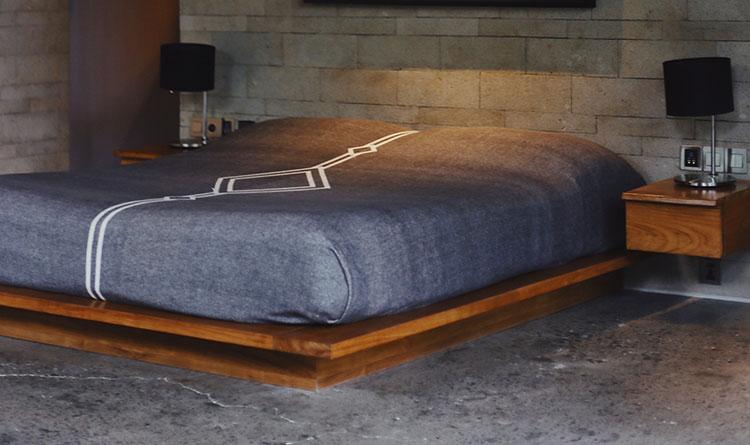 laag bed in kleine slaapkamer