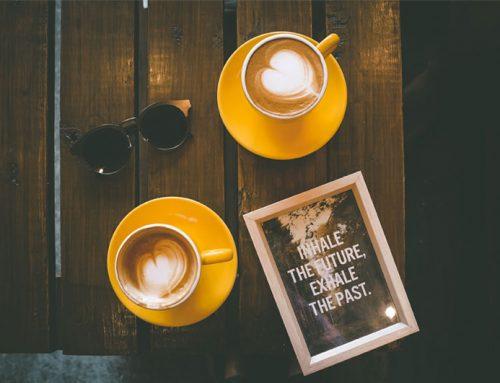 Koffiedrinkend interieurinspiratie opdoen in de stad