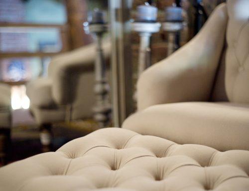 Het gemak van een sta op fauteuil uit een woonwinkel