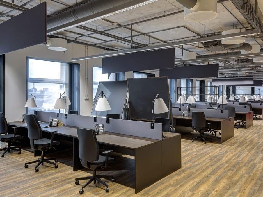 blootgestelde buizen en balken - industriele kantoorinrichting
